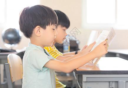 小学生认真听课图片