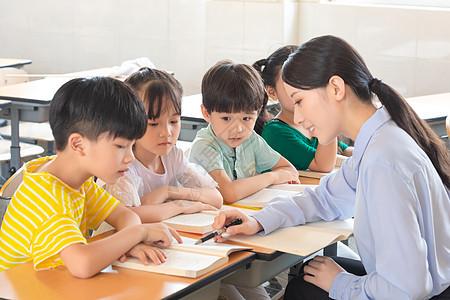 课堂上的小学生们图片