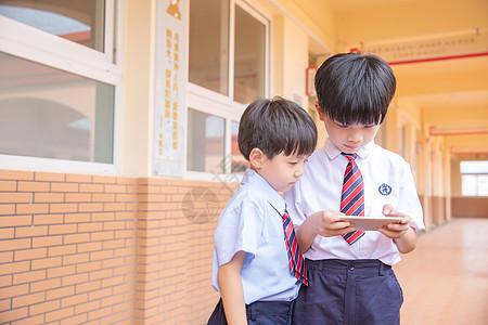 小学生使用手机图片