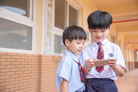 小学生玩手机游戏图片