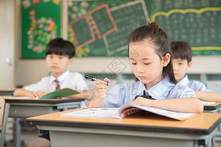 小学生做课堂笔记图片