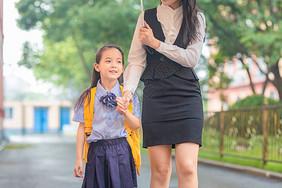 母亲孩子背影图_妈妈接孩子放学高清图片下载-正版图片501004713-摄图网
