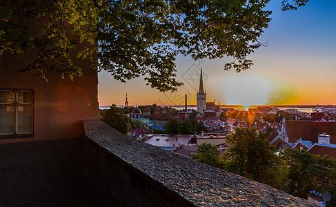 爱沙尼亚首都塔林中世纪老城美丽的日出图片