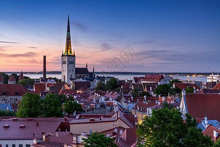 爱沙尼亚首都塔林中世纪老城美丽的夜景风光图片