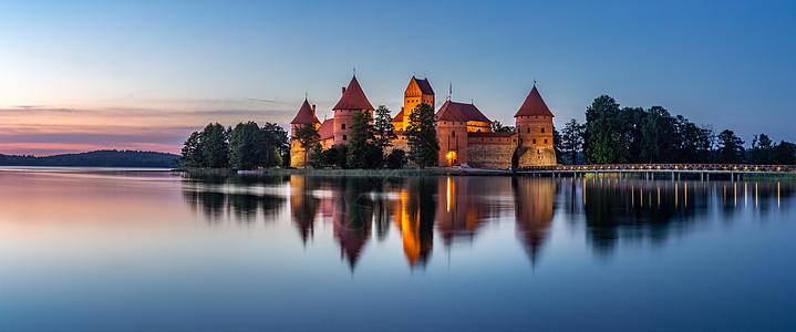 立陶宛著名旅游景点特拉凯城堡日落全景图图片
