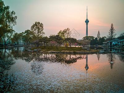 北京玉渊潭公园夕阳中央电视塔倒影图片