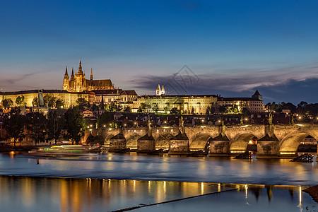 捷克布拉格著名旅游景点查理大桥与布拉格城堡夜景图片