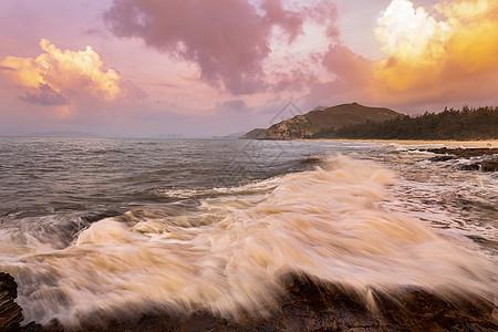 广东惠东盐洲岛海岸礁石浪花图片
