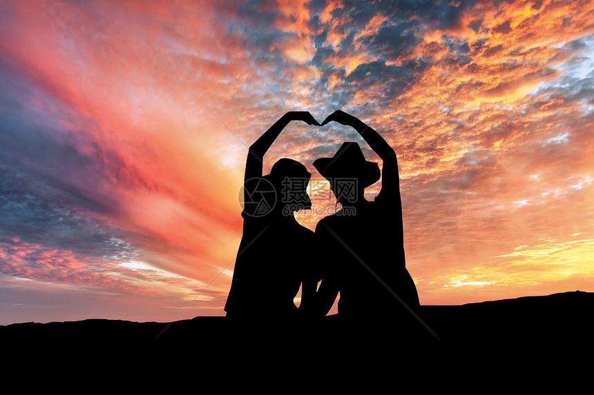 夕阳中的情侣图片