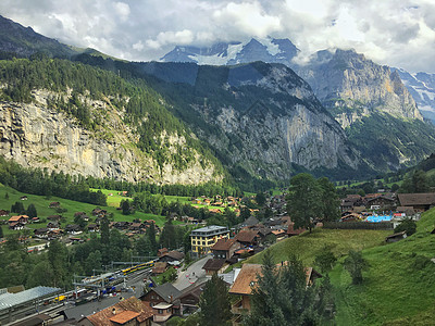 俯瞰阿尔卑斯山环绕的米伦小镇图片
