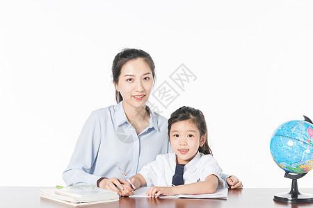 老师辅导学生写作业图片