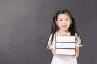 抱着书的女孩图片