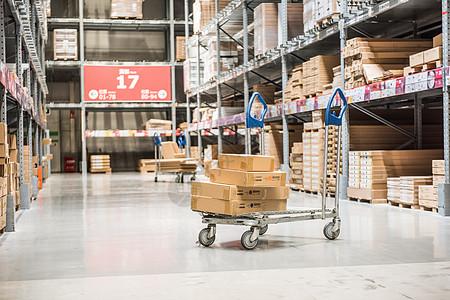 大型仓库内部的购物车图片