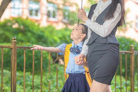 妈妈接孩子放学图片
