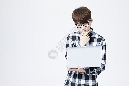 男大学生笔记本电脑图片