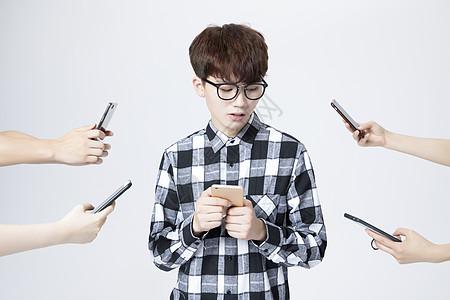 男大学生玩手机图片