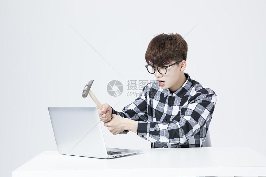 IT男生气砸电脑图片