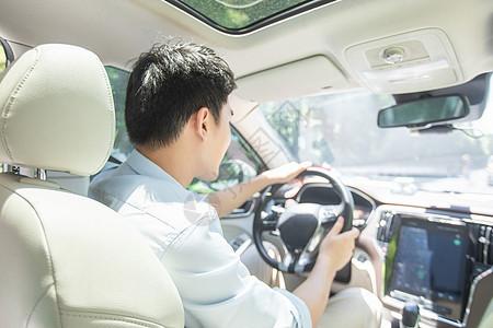 男人开车图片