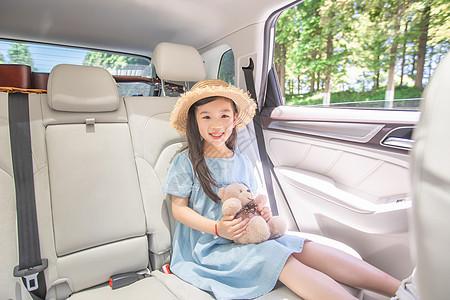 女孩抱着玩具熊图片