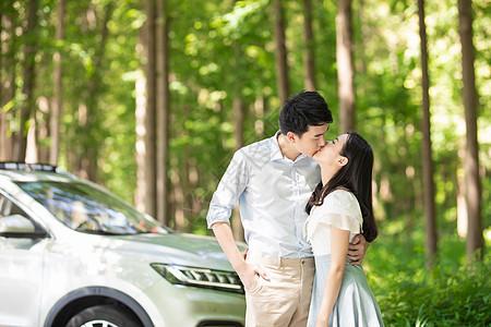 青年夫妻汽车出行图片