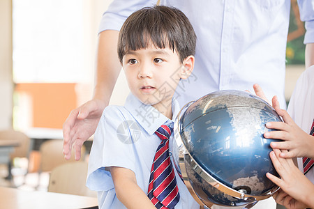 老师教学生使用地球仪图片
