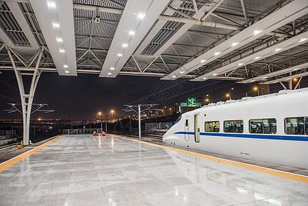 站台上的高铁列车图片