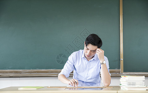男教师上课图片