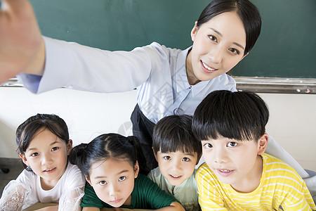 女教师和小学生图片