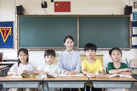女教师指导学生学习图片