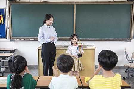 女老师学生颁奖图片