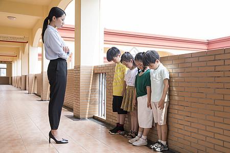 老师批评学生图片
