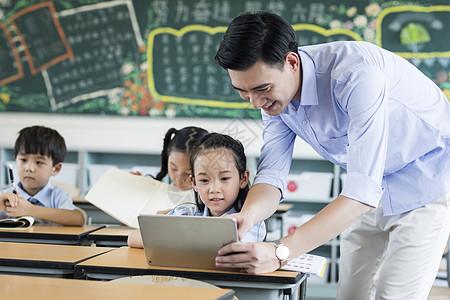 男老师指导学习图片