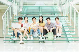 大学生学习讨论图片