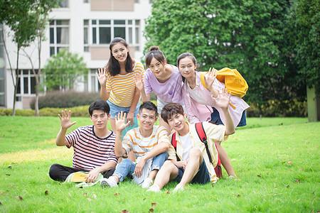 学生在草地上打招呼图片