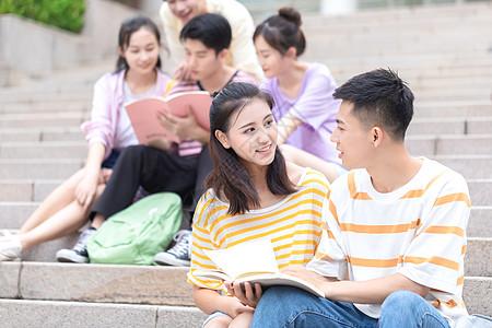 学生在台阶看书图片