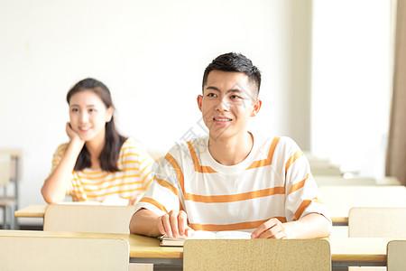 大学生听课图片