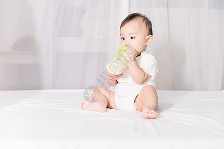 婴儿喝奶图片