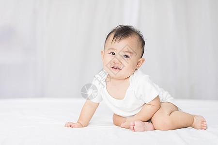 婴儿坐在床上图片