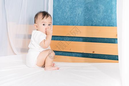 婴儿宝宝坐床上图片