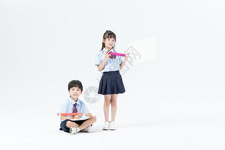 两个儿童一起学习画画图片