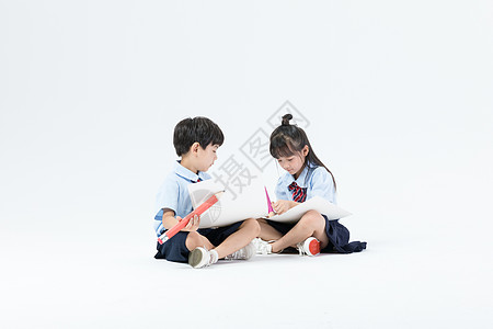 儿童坐着画画图片