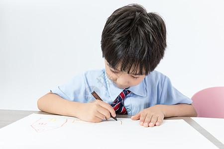 书桌上画画的儿童图片