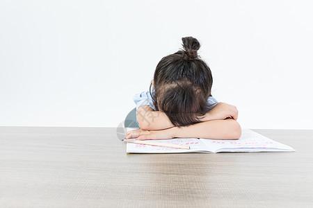 趴在桌上睡着的儿童图片