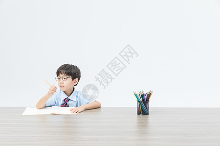 儿童认真学习图片
