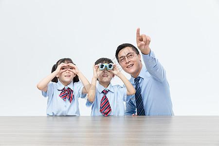 爸爸和孩子看向前方图片