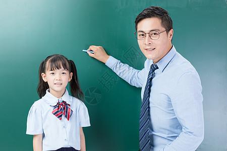 儿童学生站在黑板前图片
