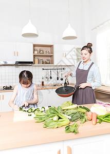 母子在厨房做饭图片