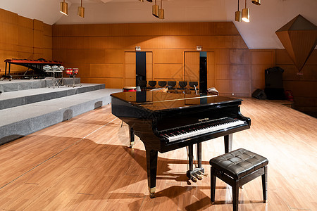 舞台上的钢琴图片
