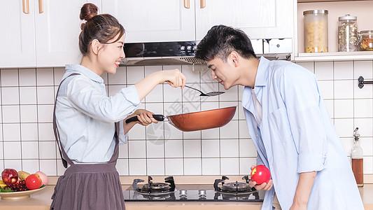 情侣厨房做饭图片