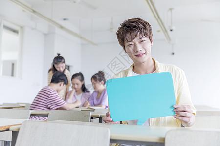 教室里举着KT板的男生图片